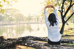 Красивые женщины ослабляя в парке Стоковое Изображение RF