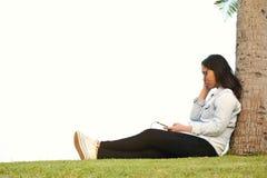 Красивые женщины ослабляя в парке Стоковые Фотографии RF