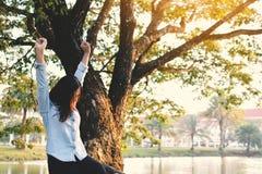 Красивые женщины ослабляя в парке Стоковая Фотография