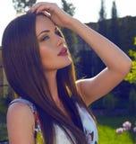 Красивые женщины ослабляя на саде лета Стоковые Фотографии RF