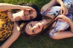 Красивые женщины ослабляя на саде лета Стоковое Фото