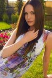 Красивые женщины ослабляя на саде лета Стоковая Фотография