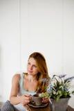 Красивые женщины при кофе утра сидя в белом стуле Стоковое Изображение RF