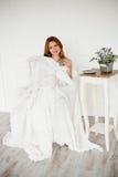Красивые женщины при кофе утра сидя в белом стуле Стоковая Фотография RF