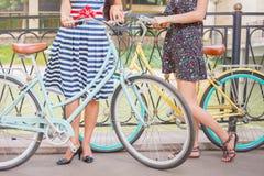 Красивые женщины путешествуя велосипедом Стоковая Фотография RF