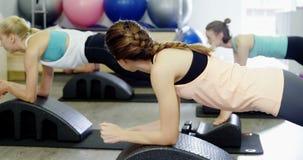 Красивые женщины работая в студии фитнеса акции видеоматериалы