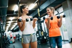 Красивые женщины разрабатывая в спортзале совместно Стоковые Фото