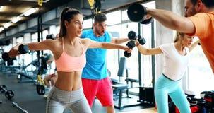Красивые женщины разрабатывая в спортзале Стоковая Фотография RF