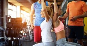 Красивые женщины разрабатывая в спортзале Стоковые Изображения