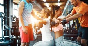 Красивые женщины разрабатывая в спортзале Стоковое Фото