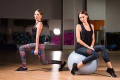 Красивые женщины разрабатывая в спортзале совместно Стоковая Фотография