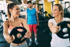 Красивые женщины разрабатывая в спортзале совместно Стоковое Фото