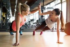 Красивые женщины разрабатывая в спортзале Стоковое Изображение