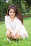 Красивые женщины сидя на траве Стоковая Фотография RF