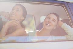 Красивые женщины смотря вне от окна автомобиля Стоковые Изображения
