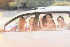 Красивые женщины смотря вне от окна автомобиля Стоковые Изображения RF