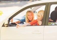 Красивые женщины смотря вне от окна автомобиля Стоковая Фотография