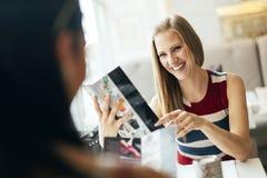 Красивые женщины смотря меню в ресторане Стоковые Изображения RF