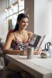 Красивые женщины смотря меню в ресторане Стоковое Изображение RF