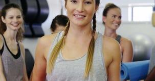 Красивые женщины стоя в студии фитнеса сток-видео