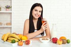 Красивые женщины существуют с чисто кожей на ее стороне сидя на таблице и едят женщину завтрака азиатскую есть здоровую еду на br Стоковое Изображение RF