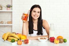 Красивые женщины существуют с чисто кожей на ее стороне сидя на таблице и едят женщину завтрака азиатскую есть здоровую еду на br Стоковые Фото