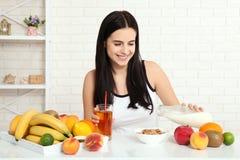 Красивые женщины существуют с чисто кожей на ее стороне сидя на таблице и едят женщину завтрака азиатскую есть здоровую еду на br Стоковое фото RF
