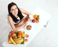 Красивые женщины существуют с чисто кожей на ее стороне сидя на таблице и едят женщину завтрака азиатскую есть здоровую еду на br Стоковое Фото