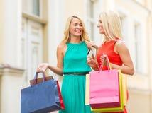 Красивые женщины с хозяйственными сумками в ctiy Стоковые Фото