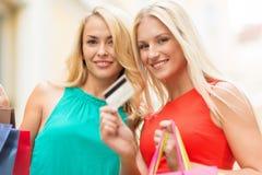 Красивые женщины с хозяйственными сумками в ctiy Стоковое Изображение RF