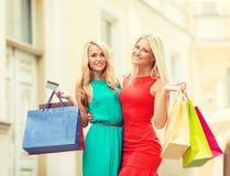 Красивые женщины с хозяйственными сумками в ctiy Стоковая Фотография