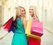 Красивые женщины с хозяйственными сумками в ctiy Стоковое фото RF