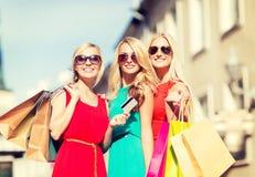 Красивые женщины с хозяйственными сумками в ctiy Стоковое Изображение