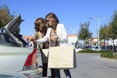 Красивые женщины ходя по магазинам в выходе моды Стоковое Изображение