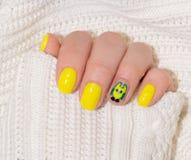 Красивые желтые ногти с белой тканью Стоковое фото RF