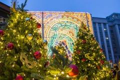 Красивые запачканные света рождества на украшенных елях в вечере Праздники в Москве стоковые изображения