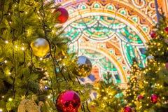 Красивые запачканные света рождества на украшенных елях в вечере Праздники в Москве стоковое фото