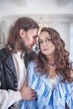 Красивые запальчиво женщина и человек пар в средневековых одеждах Стоковые Изображения RF