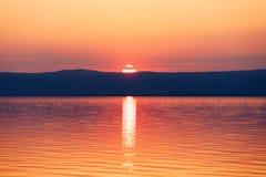 Красивые заход солнца или восход солнца над морем Тропические заход солнца или восход солнца над морем Красочные заход солнца или стоковые изображения rf
