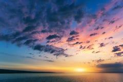 Красивые заход солнца или восход солнца над морем Тропические заход солнца или восход солнца над морем Красочные заход солнца или стоковое изображение rf