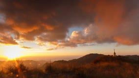 Красивые заход солнца и пасмурный на высокой горе, Таиланде сток-видео