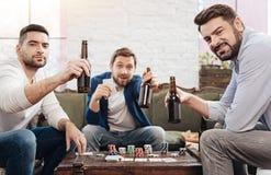 Красивые зверские люди поднимая их бутылки пива Стоковые Изображения