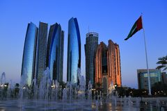 Красивые здания перед дворцом Дубай перед наступлением ночи стоковые фотографии rf