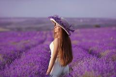 Красивые здоровые длинные волосы Задний взгляд девушки подростка в шляпе стоковое изображение rf