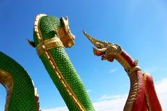 Красивые зеленые и красные цвета Praya Nark или Naga в тайском виске с красочным влиянием пирофакела неба и солнца на времени вос Стоковое Изображение