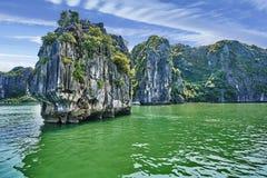 Красивые зеленые горы известняка в Вьетнаме Азии Стоковое фото RF