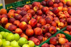 Красивые, зрелые, свежие фрукты в супермаркете: зеленый, желтый, r стоковые изображения