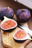 Красивые зрелые свежие пульповидные смоквы на таблице Стоковая Фотография