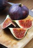 Красивые зрелые свежие пульповидные смоквы на таблице Стоковое фото RF