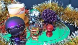 Красивые игрушки Нового Года s и украшения рождества Предпосылка сделанная из шариков и сусали рождества стоковое фото rf